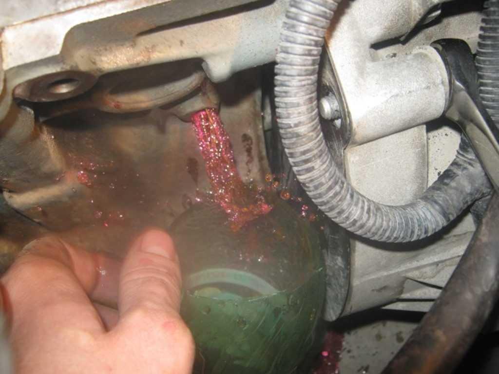 Замена охлаждающей жидкости в автомобиле.