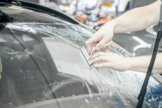 Как заделать трещину на лобовом стекле своими руками