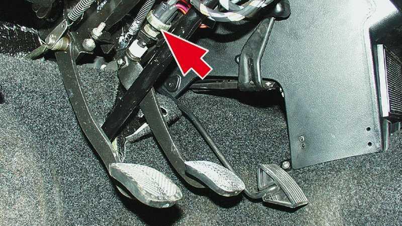 Почему педаль тормоза проваливается при заведенном двигателе ваз 2110