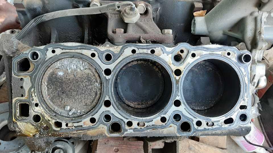 По какой причине может стукануть двигатель