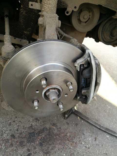 Замена переднего тормозного диска и тормозных колодок (для применения на моделе toyota corolla (e120 / e130))