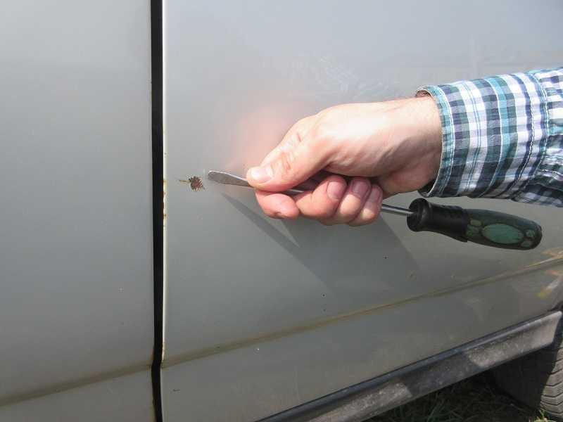 Закрашиваем царапину на машине своими руками – от мелких дефектов до глубоких сколов
