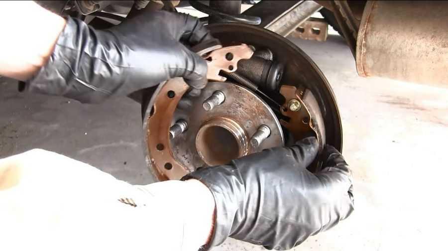 Замена заднего тормозного диска и тормозных колодок (для применения на моделе toyota corolla (e120 / e130))