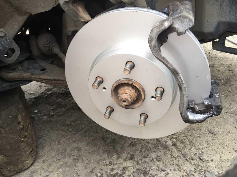 Замена тормозных дисков на тойоте королле: поэтапная инструкция