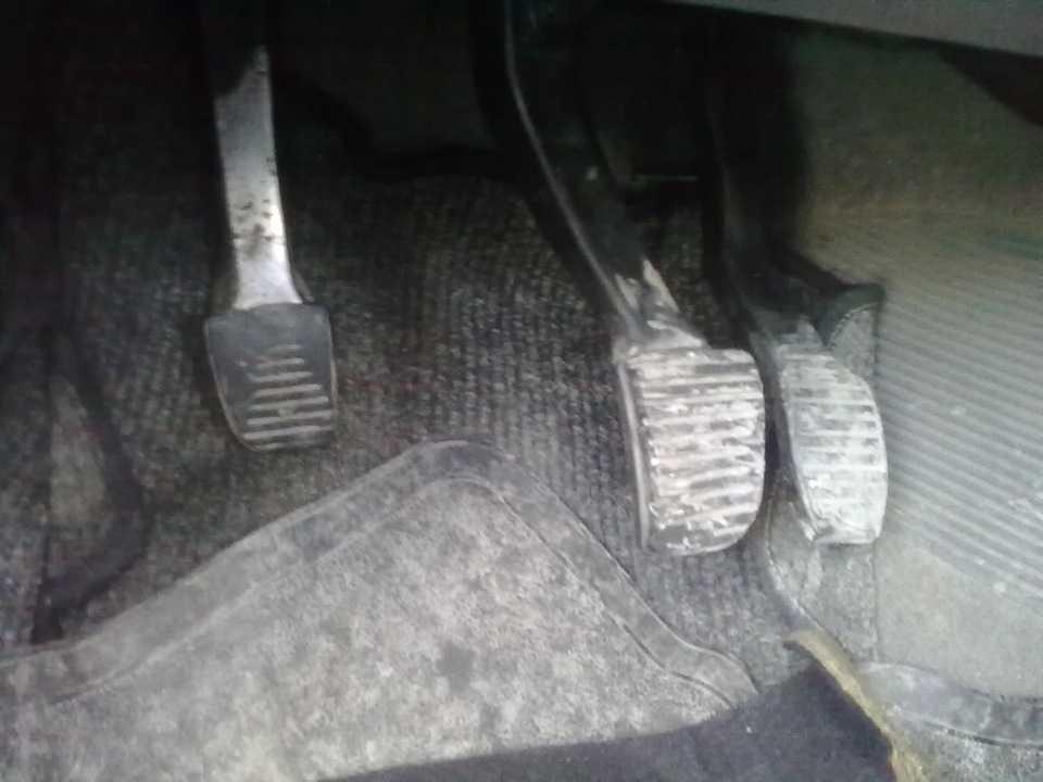 Педаль тормоза стала твердой или мягкой: основные причины
