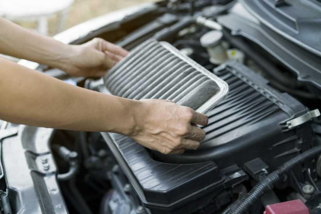 Как заменить воздушный фильтр на двигателе или почистить его