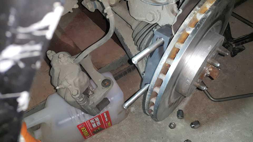 Замена передних тормозных колодок и дисков в тойота королла е140, е150.